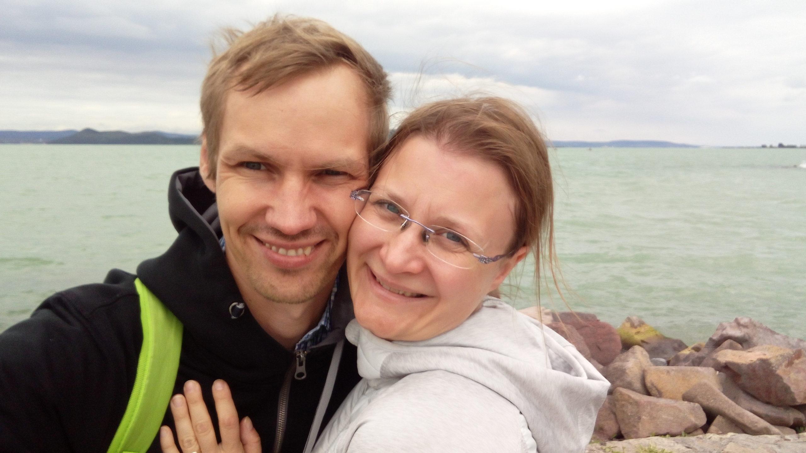 Hymyilevä aviopari rannalla