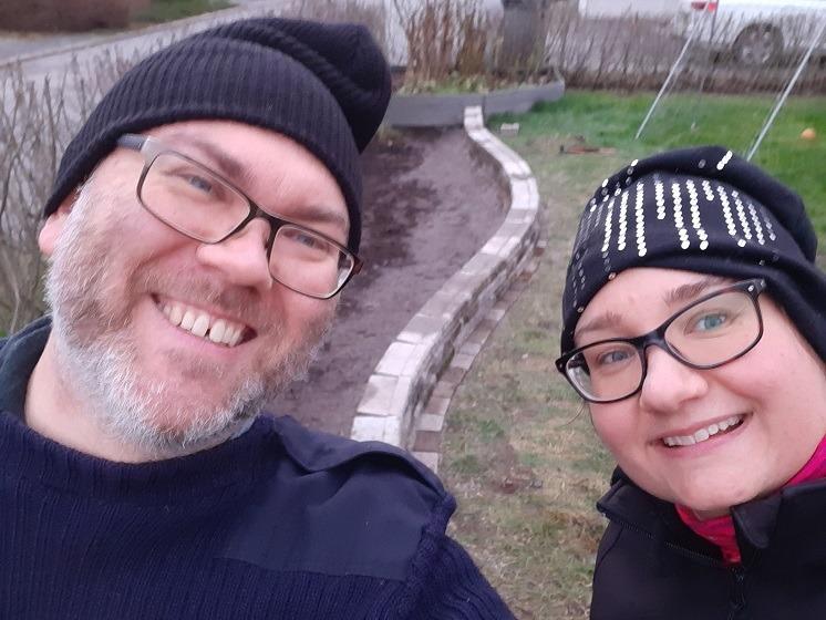 Hymyilevä pariskunta kivitöissä
