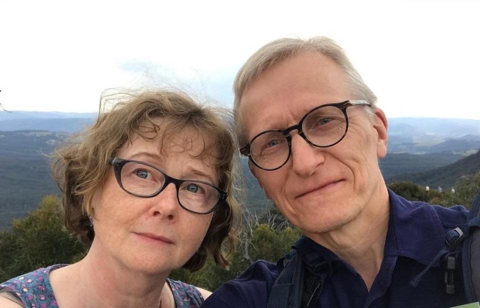 Aviopari avarien maisemien ympäröimänä
